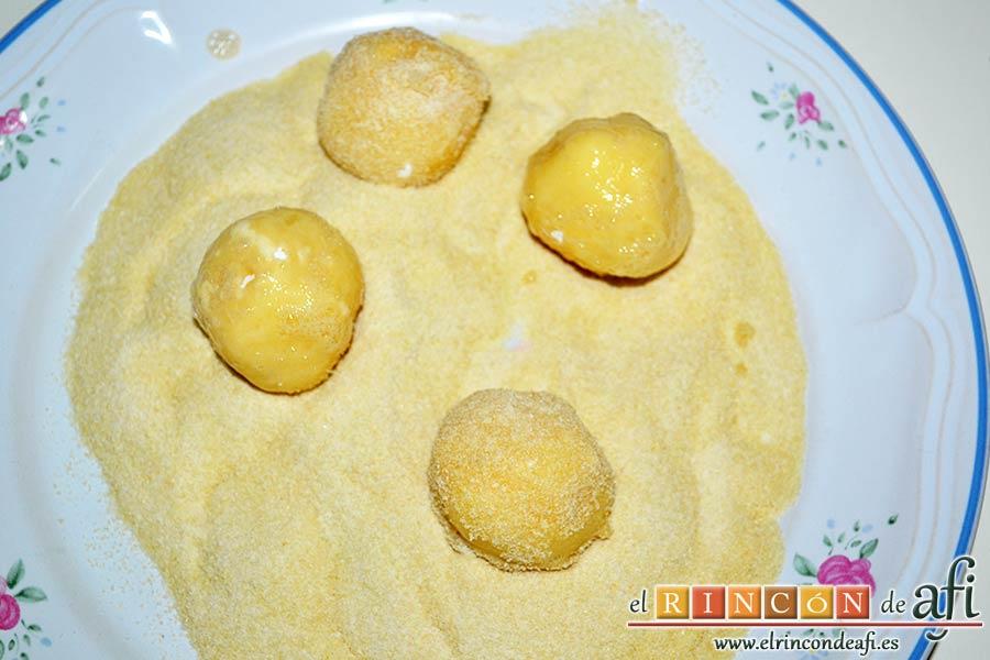 Bolitas de papas y queso parmesano, pasarlas por pan rallado