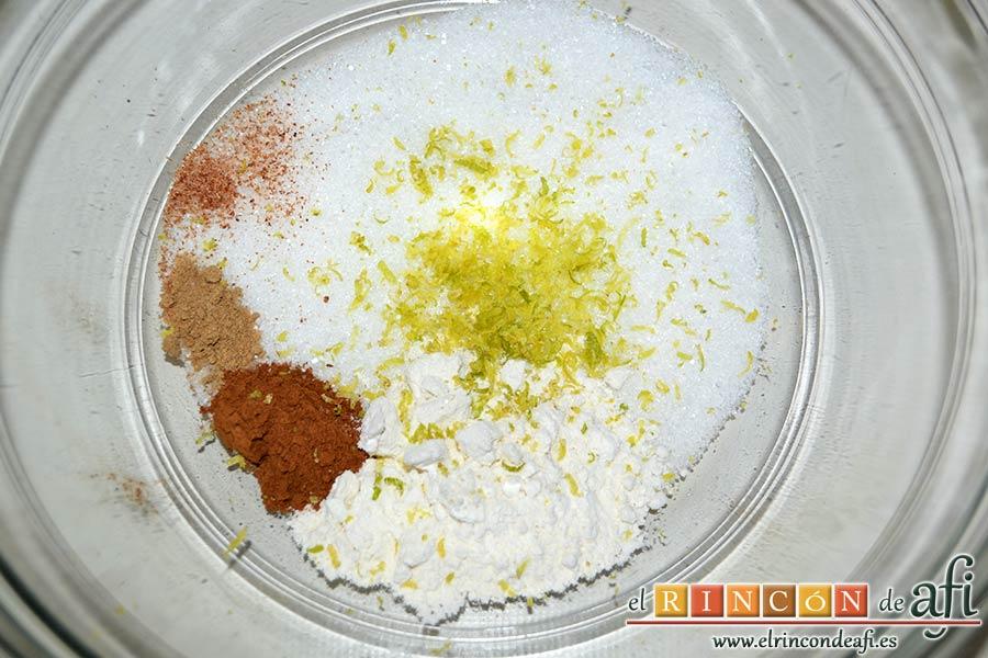 Crujiente de manzana a la moda, poner en un bol las 4 cucharadas de azúcar blanca, la cucharada de harina normal, la nuez moscada rallada, el jengibre, la canela y la ralladura de limón
