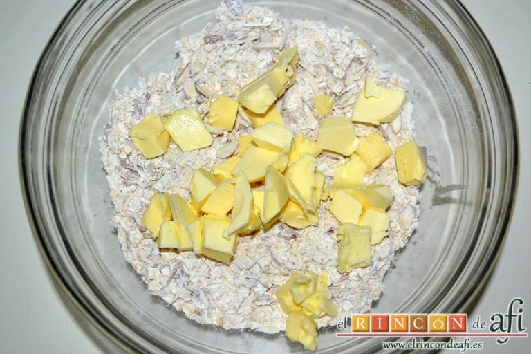 Crujiente de manzana a la moda, echar la mantequilla fría en cubitos