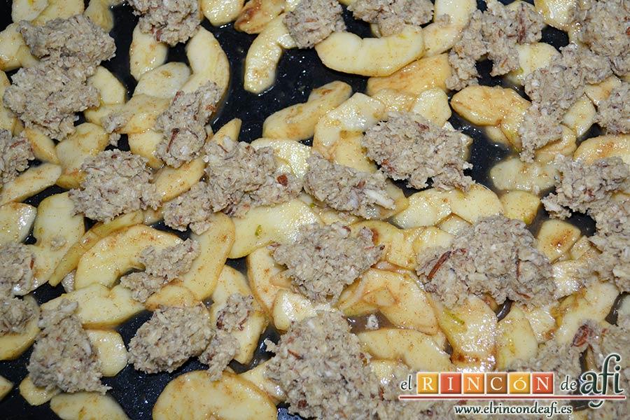 Crujiente de manzana a la moda, añadir la masa del crujiente por encima