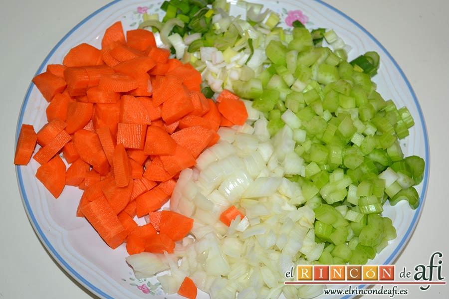 Pasta rota con lentejas, empezamos picando la cebolla y la cebolleta en cuadraditos, las zanahorias peladas en cuartos y las ramitas de apio en rodajas reservando unas hojitas