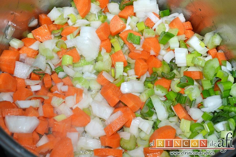 Pasta rota con lentejas, añadir las verduras y rehogar