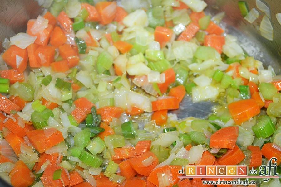 Pasta rota con lentejas, comprobar que la cebolla esté transparente