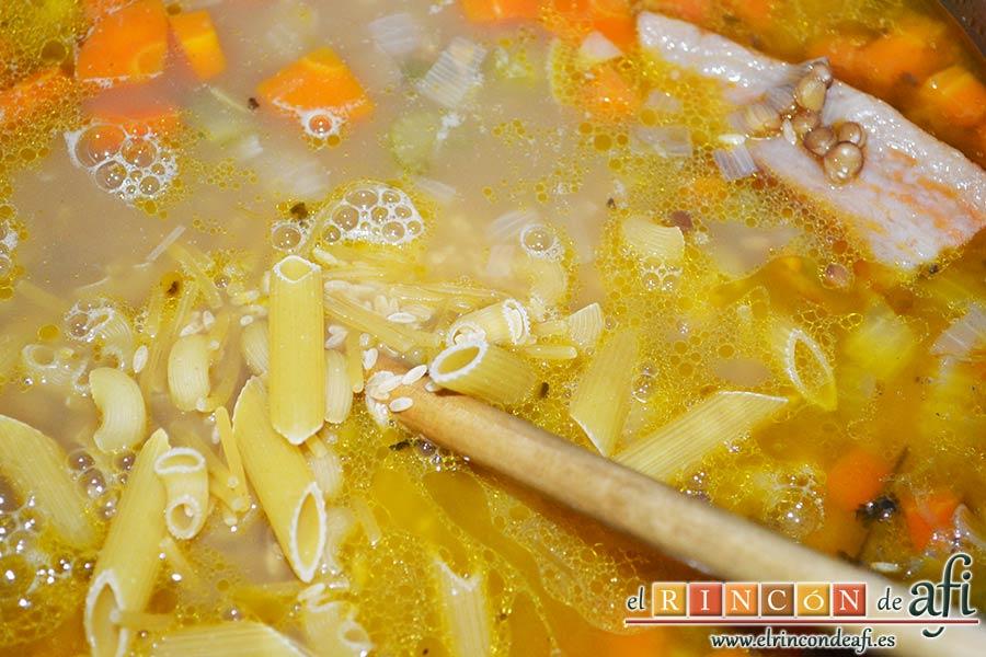 Pasta rota con lentejas, añadirla al guiso
