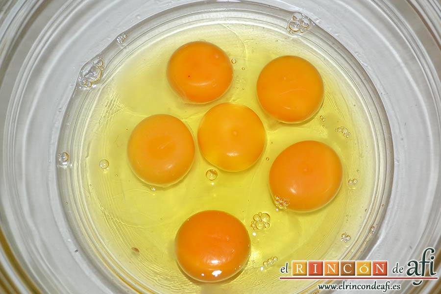 Pastel de huevo y bacon de Donna Hay, poner los huevos en un bol