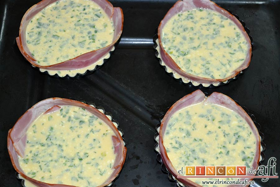 Pastel de huevo y bacon de Donna Hay, rellenarlos con la mezcla