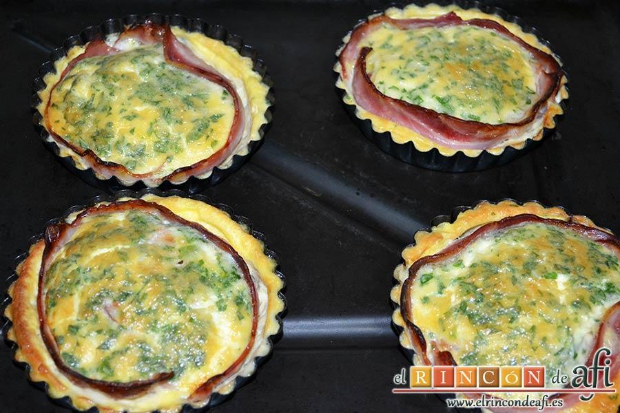 Pastel de huevo y bacon de Donna Hay, hornear hasta que estén hechos y sacar la bandeja del horno