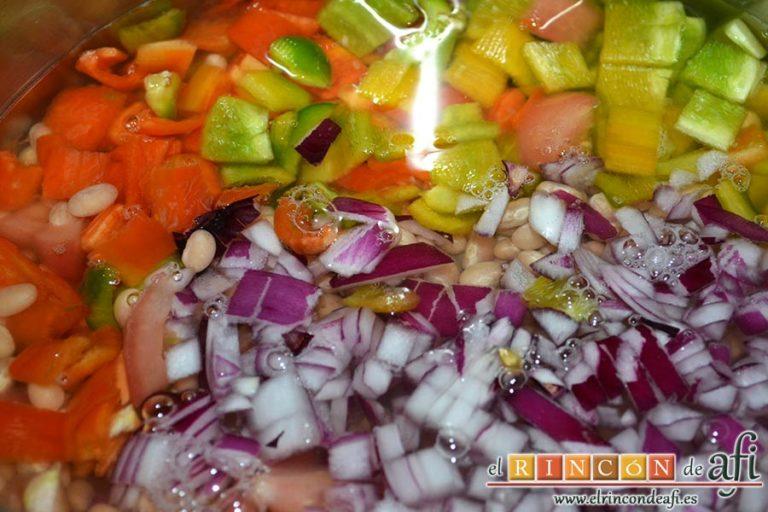 Potaje sencillo de judía arrocina, añadir las verduras troceadas y cubrir con agua