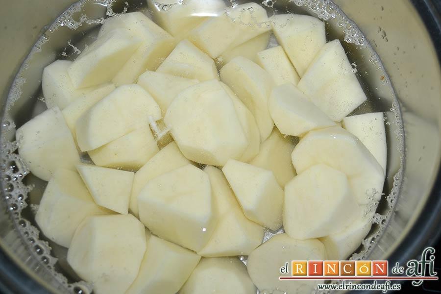 Puré de papas, pelar y trocear las papas, ponerlas en un caldero con agua y sal gorda