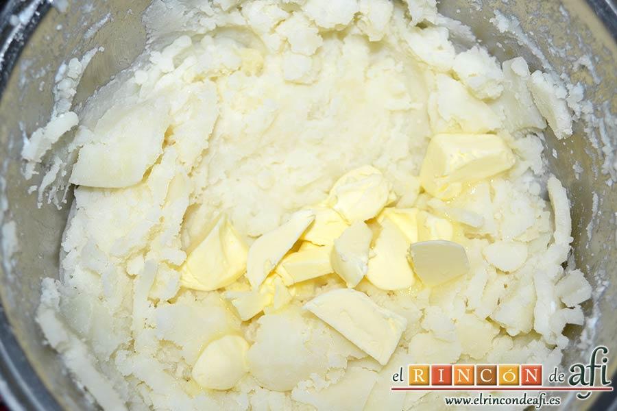 Puré de papas, añadir la mantequilla cortada en cubitos