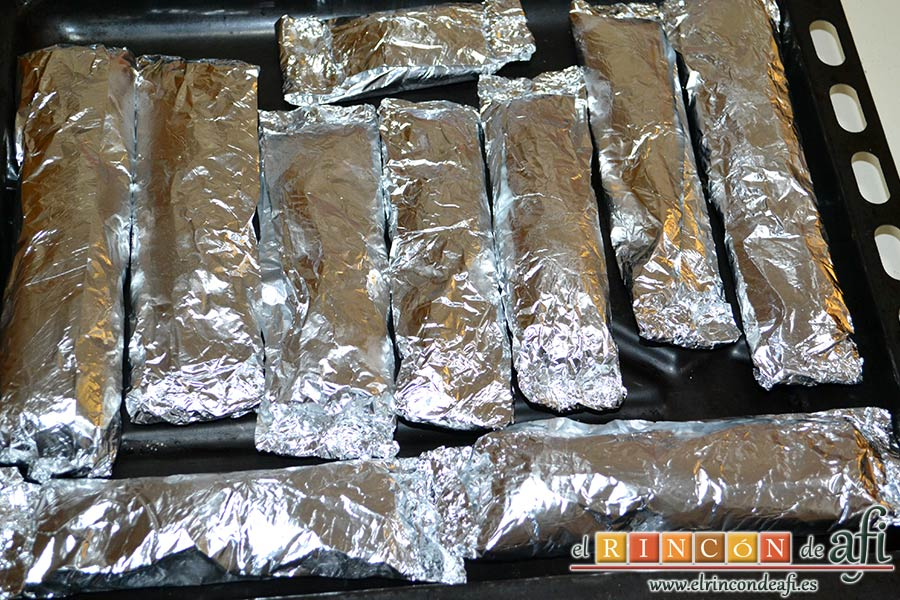 Rollitos de pechuga de pollo con salsa de setas variadas y reducción al Pedro Ximénez, poner todos los paquetitos en una bandeja de horno