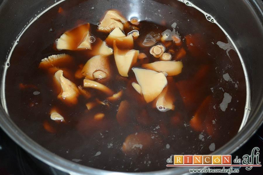 Rollitos de pechuga de pollo con salsa de setas variadas y reducción al Pedro Ximénez, añadir las setas