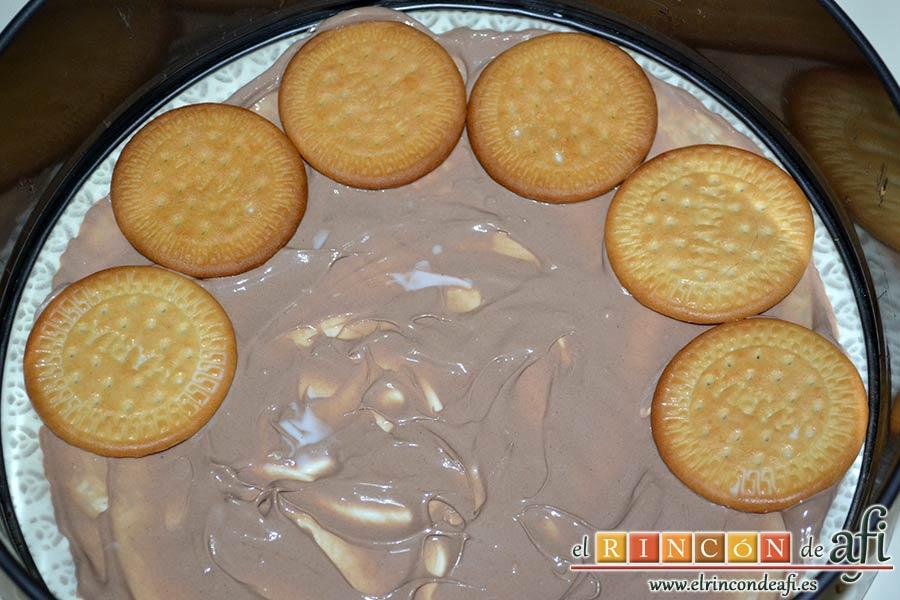 Tarta de galletas con chocolate y crema pastelera, poner una capa de crema de chocolate y cubrirla con galletas mojadas en leche templada