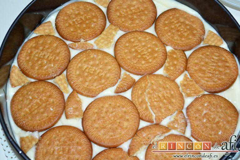 Tarta de galletas con chocolate y crema pastelera, poner encima una capa de galletas, crema pastelera y otra capa de galletas