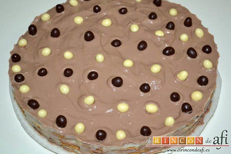 Tarta de galletas con chocolate y crema pastelera, desmoldar y cubrir de crema de chocolate y virutas los laterales