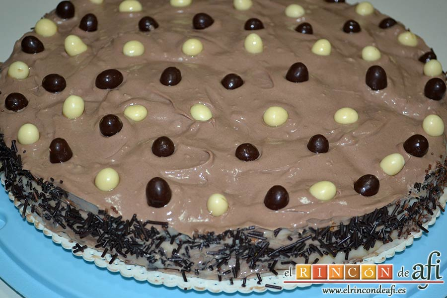 Tarta de galletas con chocolate y crema pastelera, decorar el borde con las virutas de chocolate
