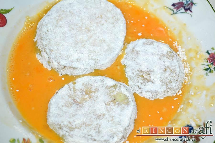 Berenjenas a la parmesana, pasarlas por huevo batido