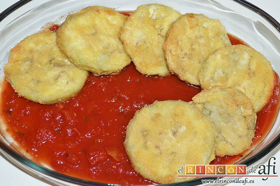 Berenjenas a la parmesana, poner encima una capa de berenjenas fritas