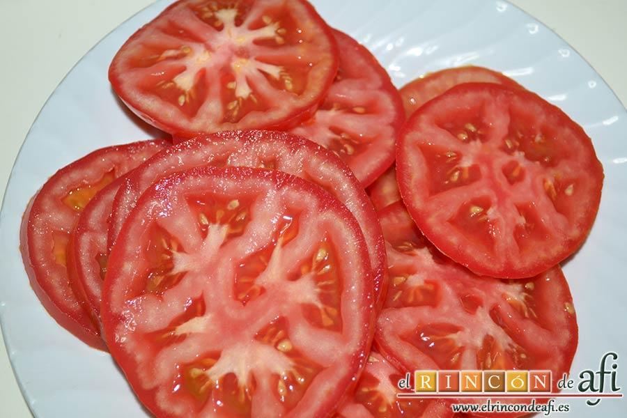 Ensalada caprese, trocear en rodajas los tomates