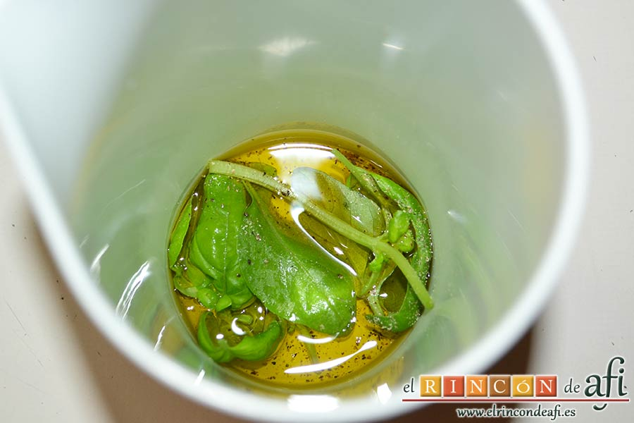 Ensalada caprese, poner en el vaso de la minipimer el aceite de oliva virgen extra, unas hojas de albahaca y pimientas molidas