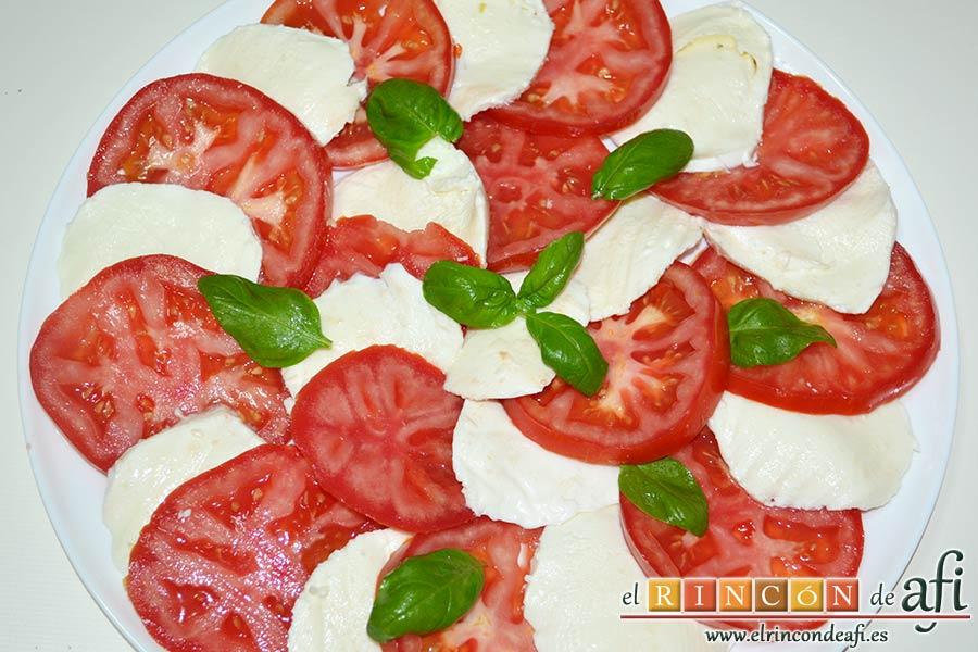 Ensalada caprese, llenar todo el plato y añadir hojas de albahaca