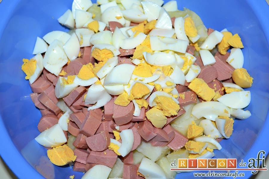 Ensalada de papas con salsa tártara, una vez fríos quitarles la cáscara, trocearlos y añadirlos al bol