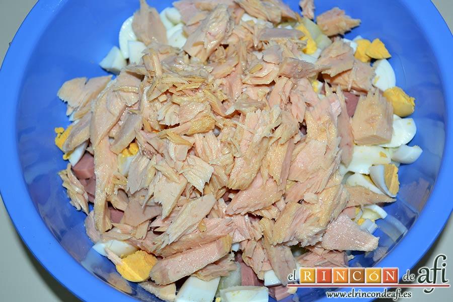 Ensalada de papas con salsa tártara, desmenuzar el bonito y añadirlo al bol
