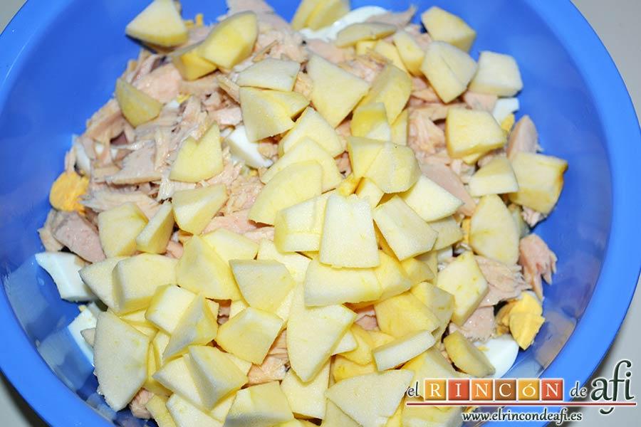 Ensalada de papas con salsa tártara, pelar las manzanas, descorazonarlas, trocearlas y añadirlas al bol