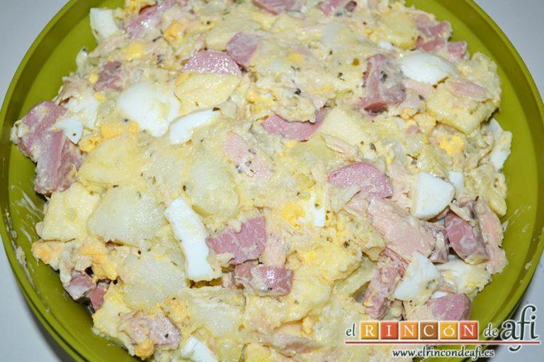 Ensalada de papas con salsa tártara, pasarlo a un cuenco con tapa y refrigerar
