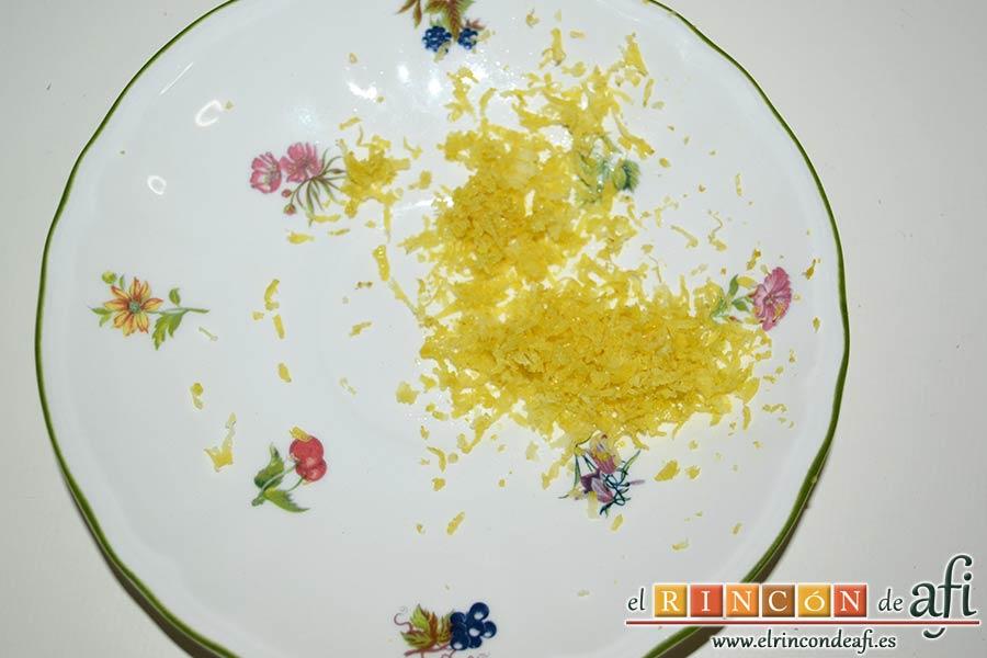 Helado de yogur con salsa de arándanos y moras, sacar la ralladura del limón