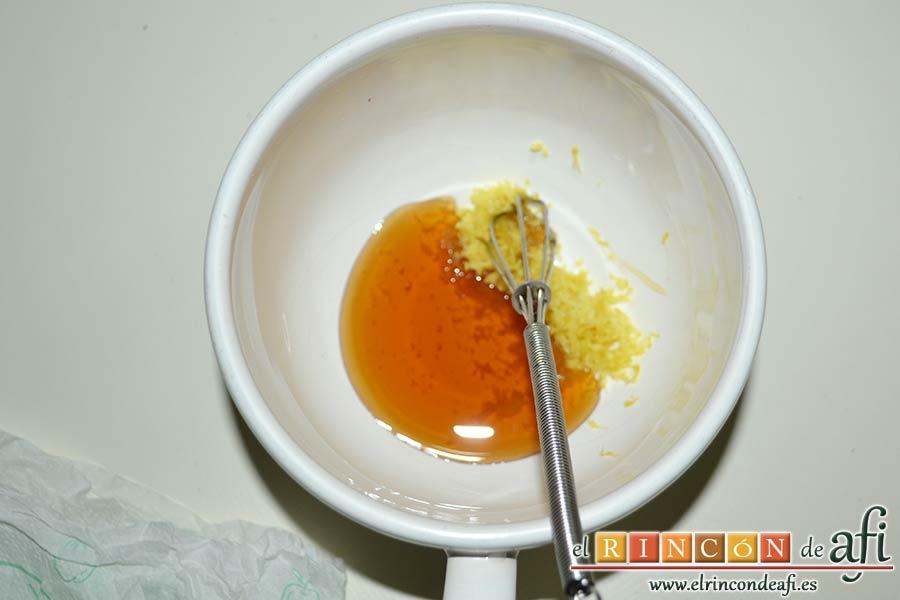 Helado de yogur con salsa de arándanos y moras, mezclar con la miel