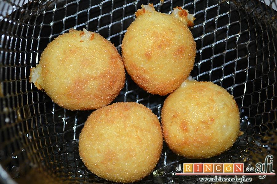 Bolitas de papas y queso parmesano, freír en abundante aceite de oliva