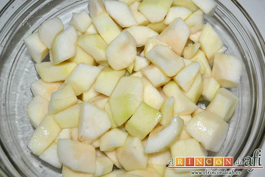 Dados de pera a la canela con su almíbar, pelar, descorazonar y trocear las peras, ponerlas en un bol con zumo de limón