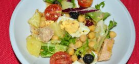 Ensalada de garbanzos, papas, tomates, atún y huevos
