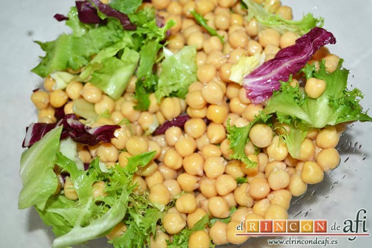 Ensalada de garbanzos, papas, tomates, atún y huevos, añadir los garbanzos