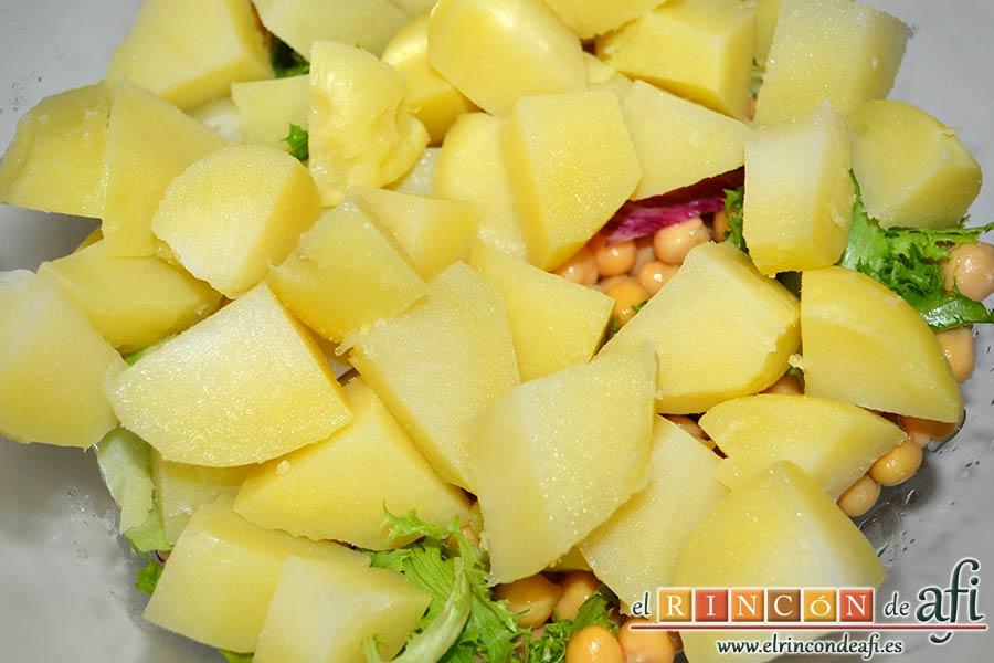 Ensalada de garbanzos, papas, tomates, atún y huevos, añadir las papas peladas y cortadas en cuartos