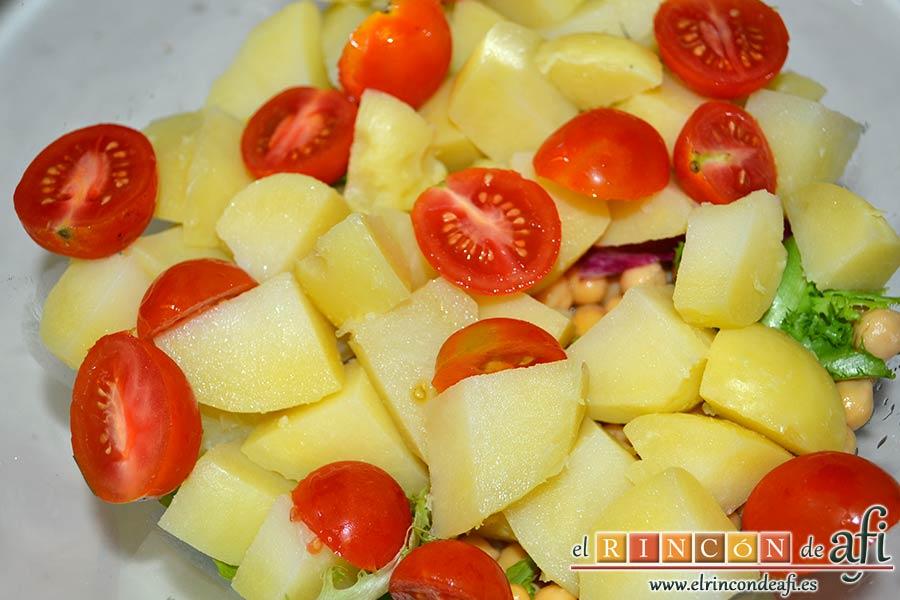 Ensalada de garbanzos, papas, tomates, atún y huevos, añadir los cherrys cortados por la mitad