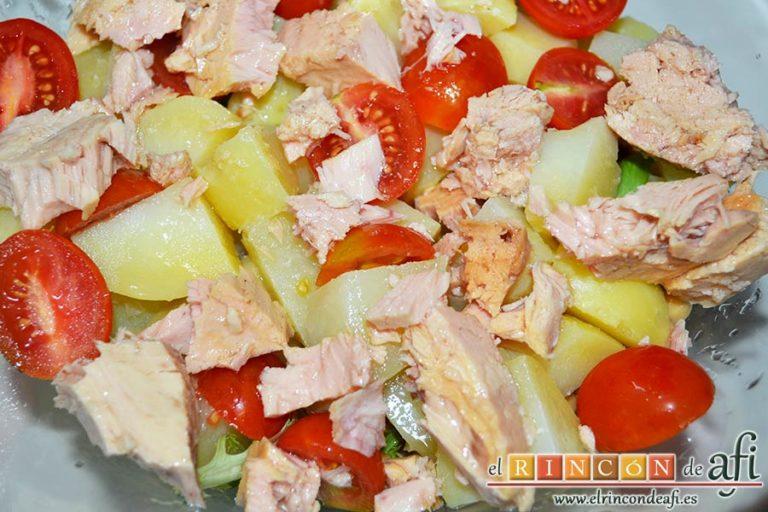 Ensalada de garbanzos, papas, tomates, atún y huevos, añadir el bonito del norte troceado y escurrido