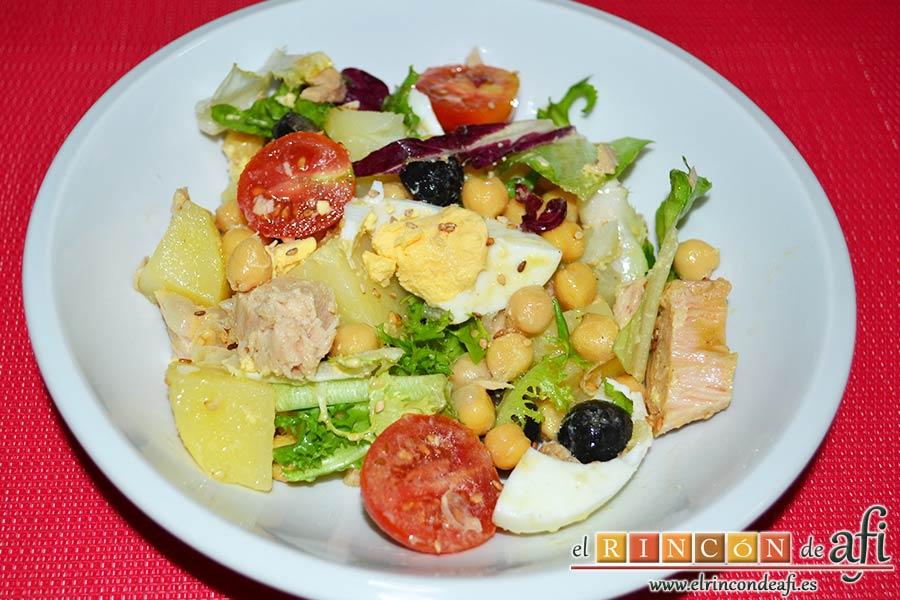Ensalada de garbanzos, papas, tomates, atún y huevos, sugerencia de presentación