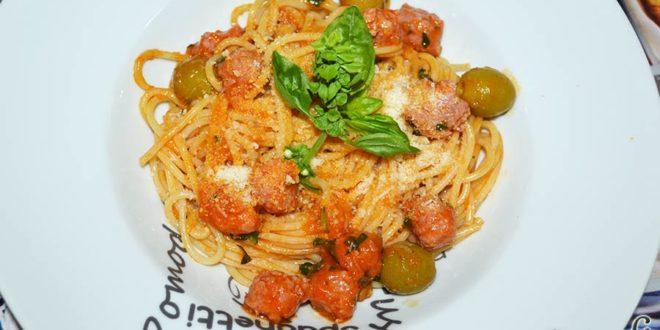 Espaguetis con salchichas y aceitunas