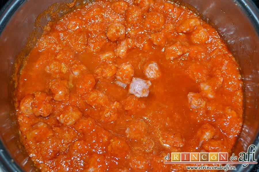 Espaguetis con salchichas y aceitunas, añadir el vino blanco