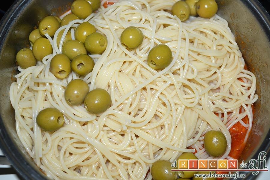 Espaguetis con salchichas y aceitunas, añadir las aceitunas bien escurridas