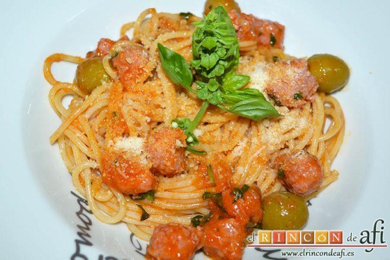 Espaguetis con salchichas y aceitunas, sugerencia de presentación
