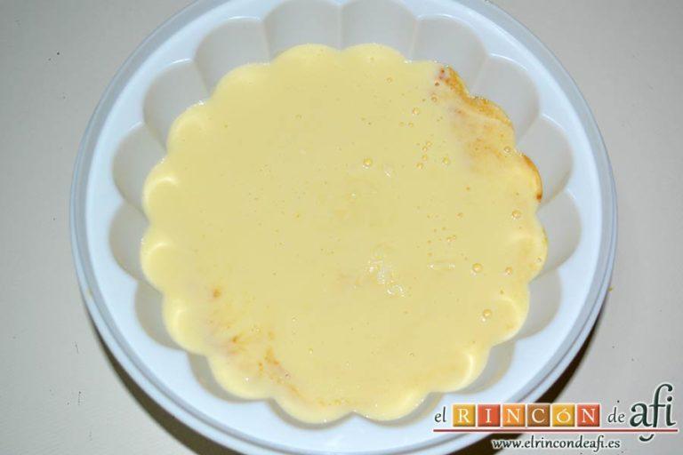 Flan de queso crema, verter sobre el caramelo