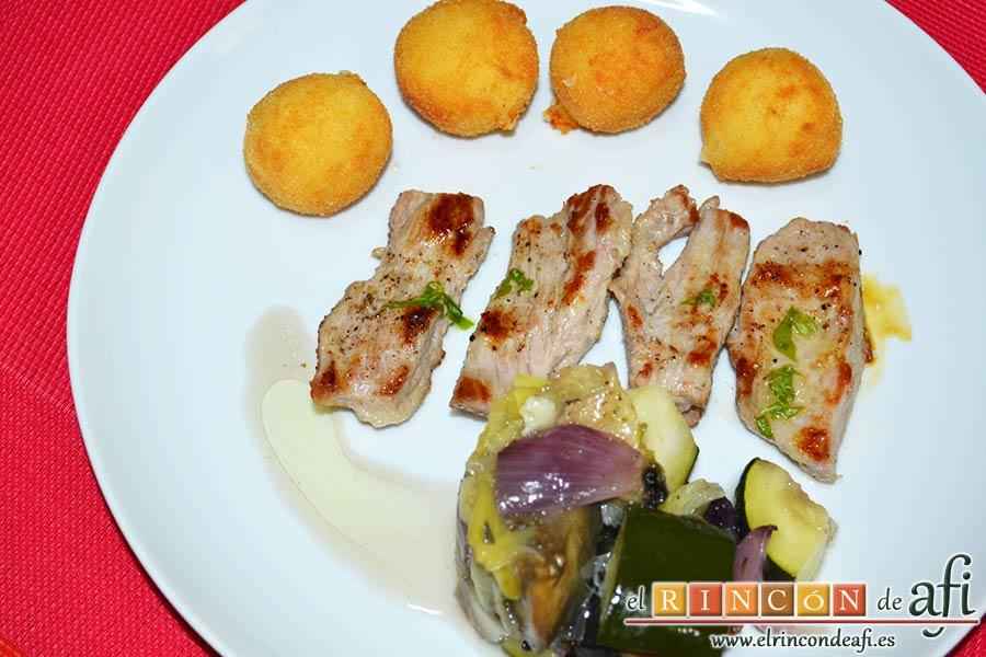 Secreto de cerdo a la plancha con verduras al horno, sugerencia de presentación