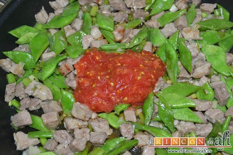 Arroz con secreto ibérico, alcachofas y ajos tiernos, añadir el tomate rallado