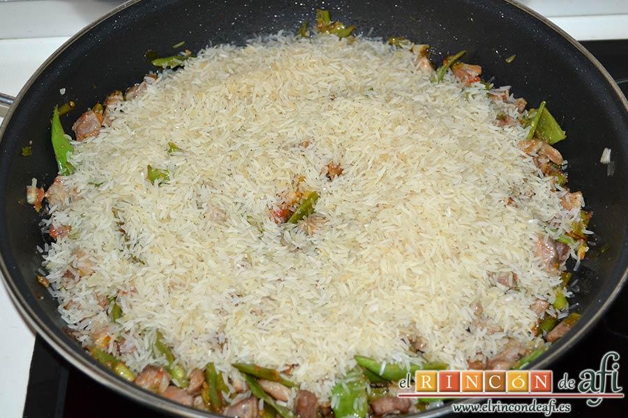 Arroz con secreto ibérico, alcachofas y ajos tiernos, calentar el sofrito y añadir el arroz