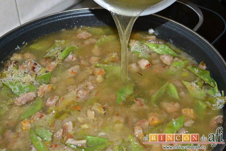 Arroz con secreto ibérico, alcachofas y ajos tiernos, añadir el caldo de verduras