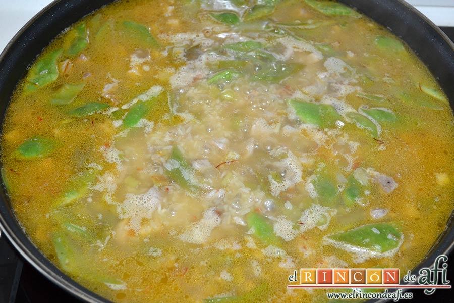 Arroz con secreto ibérico, alcachofas y ajos tiernos, dejar hervir unos 18 minutos