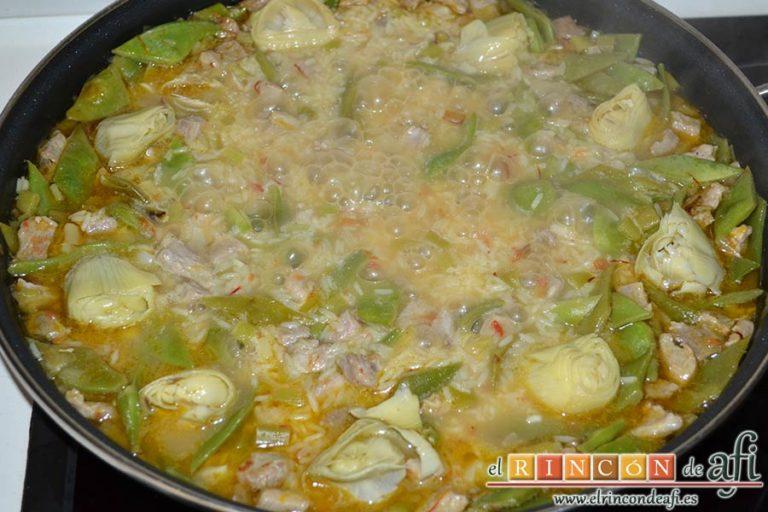 Arroz con secreto ibérico, alcachofas y ajos tiernos, cuando queden unos minutos de cocción al arroz añadir los corazones de alcachofa y el limón